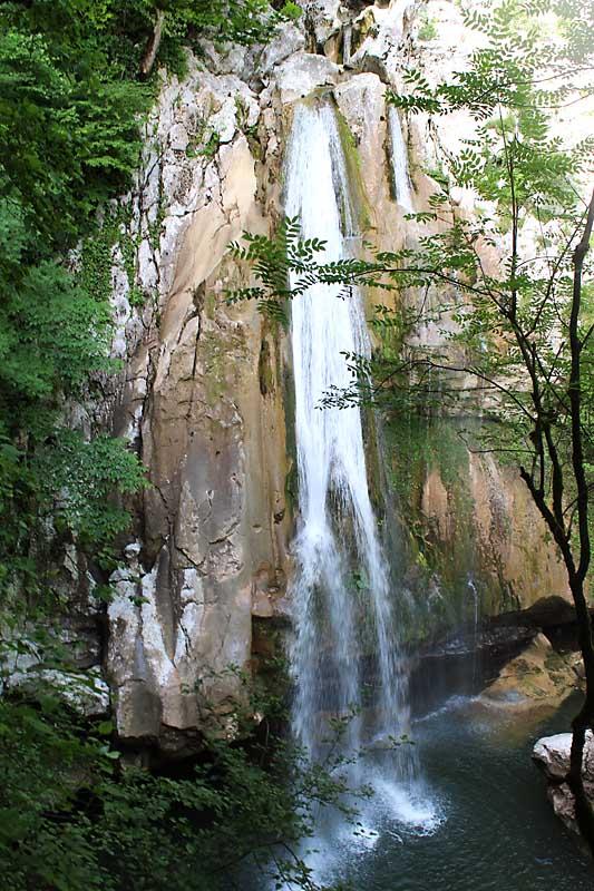 Тропа через Агурские водопады